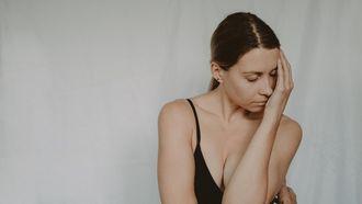 stress zwanger worden / vrouw in ondergoed sluit ogen