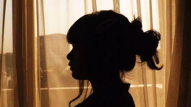 silhouette van introverte vrouw