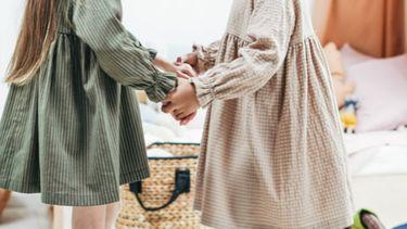 Een kijkje in het leven van Roos / Twee meisjes houden handen vast