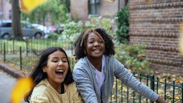 Dankbaar / Lachende meisjes op straat