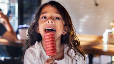waterijsjes / kind likt aan een ijsje
