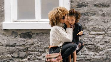 Moeder die haar dochter een geheim vertelt