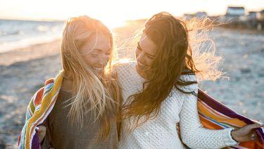 Beste vriendinnen die soulmates zijn op het strand