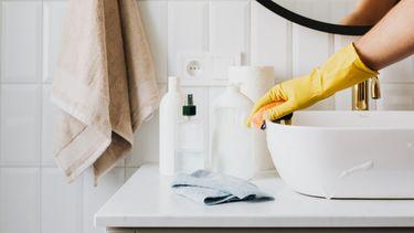 huishoudelijke taken / poetsen van de wasbak