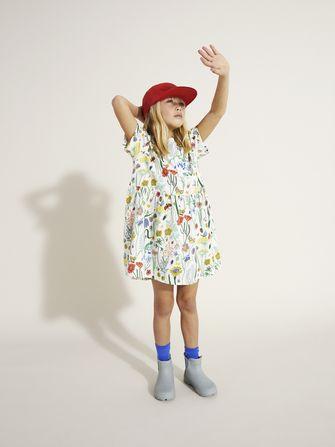 Meisje met bloemetjes jurk van collectie zomerkleren 2021 van Arket