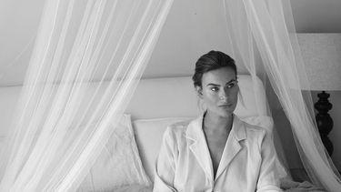 Marlot van Jolielot die zwanger op haar bed zit