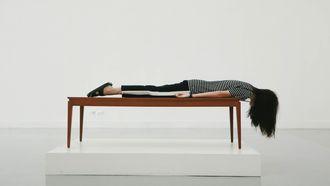Een vrouw ligt op tafel: tien tekenen waaruit blijkt dat je last hebt van stress