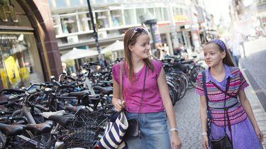 Twee meisjes die winkelen bij winkels