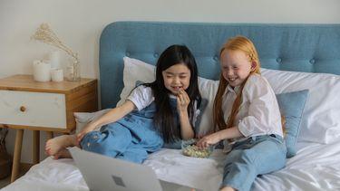 Twee meisjes die veilig Disney+ kijken door de vernieuwe ouderlijk toezichtfunctie