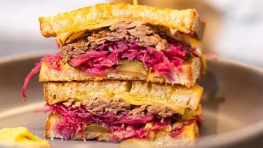 Rueben Sandwich met zuurkool, kaas en zuurdesembrood, wat helpt calorieën te verbranden