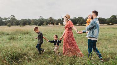 vaderdag / gezin loopt door een weiland