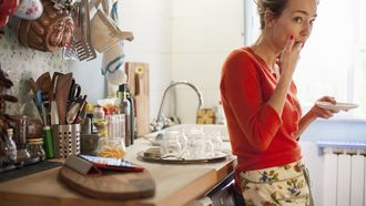 vrouw aan het koken met een budget