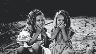 Kinderen die giechelen omdat ze genante dingen hebben gedaan